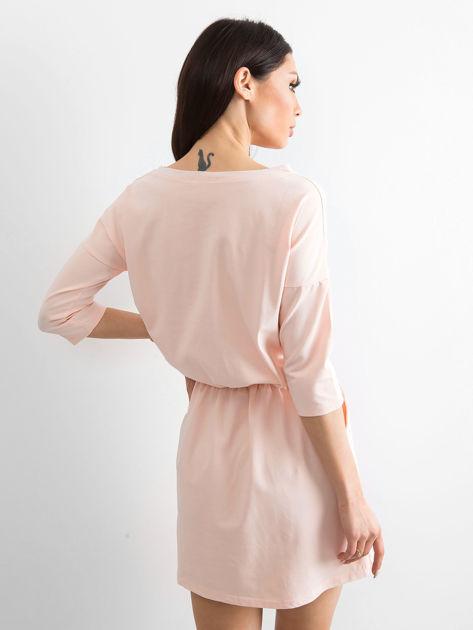 Jasnoróżowa sukienka ze złotymi guzikami                              zdj.                              2