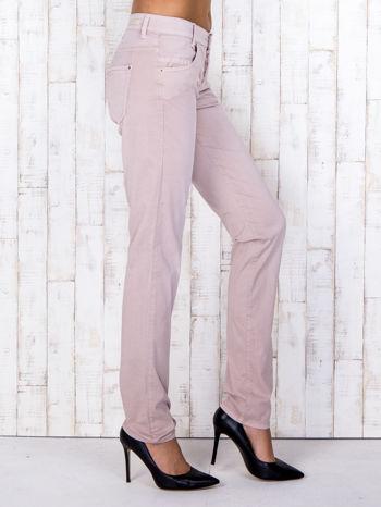 Jasnoróżowe materiałowe spodnie regular na guziki                                  zdj.                                  3