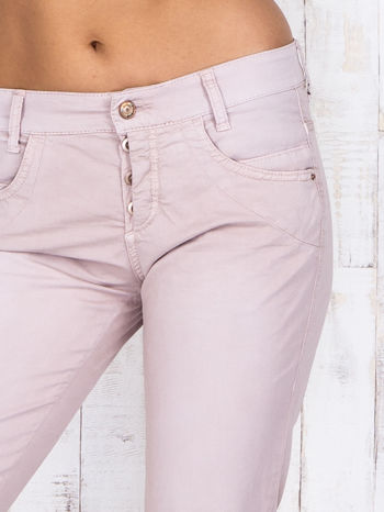 Jasnoróżowe materiałowe spodnie regular na guziki                                  zdj.                                  4