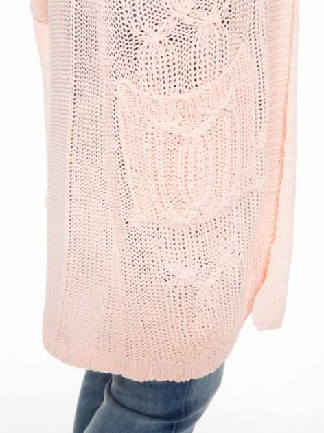 Jasnoróżowy ażurowy długi sweter typu kardigan z paskiem                                  zdj.                                  7