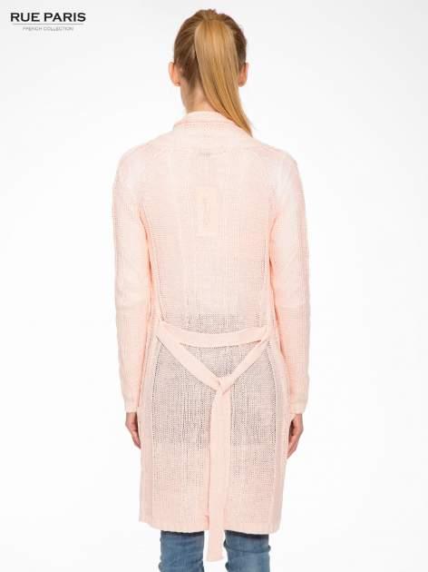 Jasnoróżowy ażurowy długi sweter typu kardigan z paskiem                                  zdj.                                  4