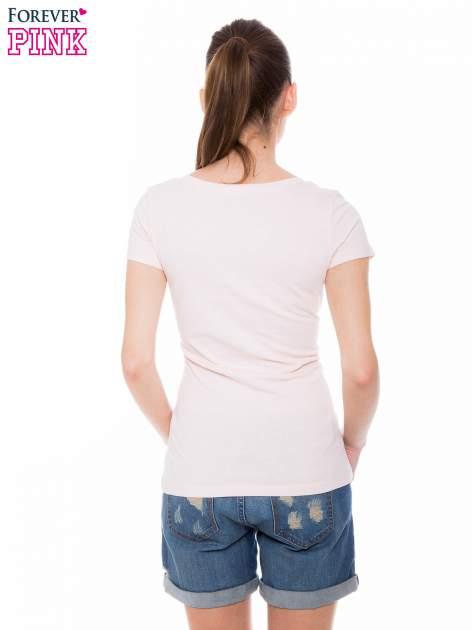 Jasnoróżowy basicowy t-shirt z dekoltem w serek                                  zdj.                                  4