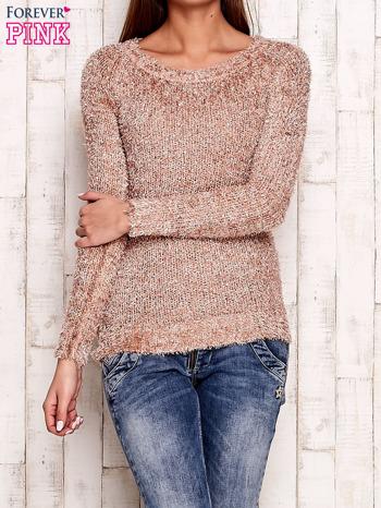 Jasnoróżowy sweter fluffy z cekinami                                  zdj.                                  1
