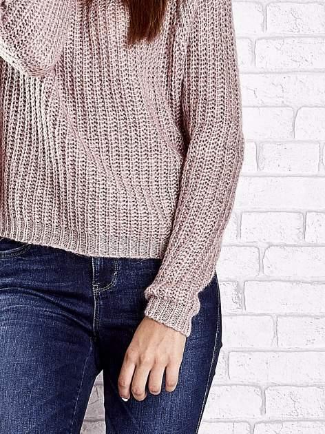 Jasnoróżowy sweter oversize z luźnym golfem                                  zdj.                                  7