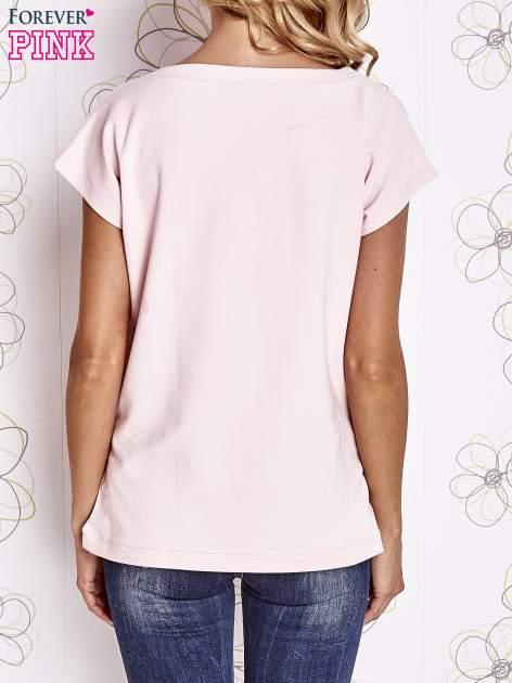 Jasnoróżowy t-shirt z aplikacją owadów                                  zdj.                                  2