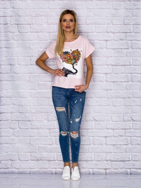 Jasnoróżowy t-shirt z malarskim nadrukiem                                  zdj.                                  4