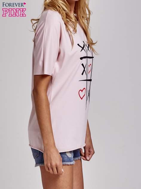 Jasnoróżowy t-shirt z motywem serce i krzyżyk                                  zdj.                                  3