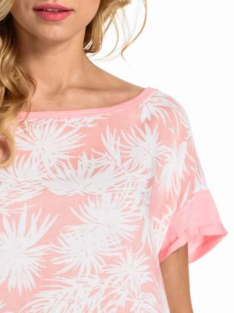 Jasnoróżowy t-shirt z nadrukiem w palmy                                  zdj.                                  5