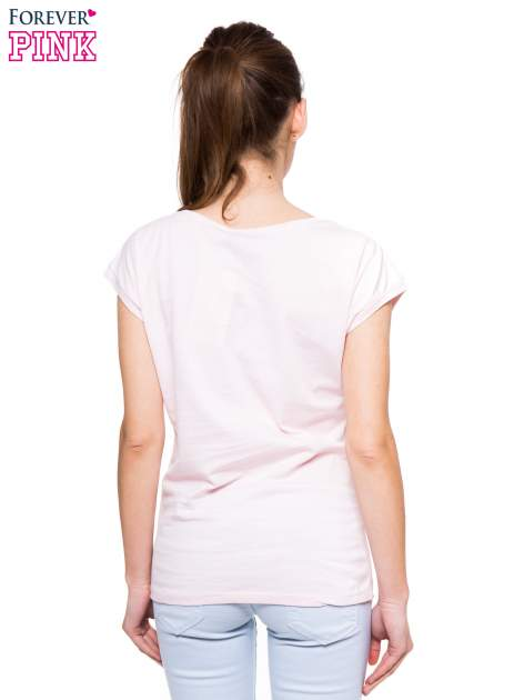 Jasnoróżowy t-shirt z nadrukiem w stylu minimalistycznym                                  zdj.                                  3