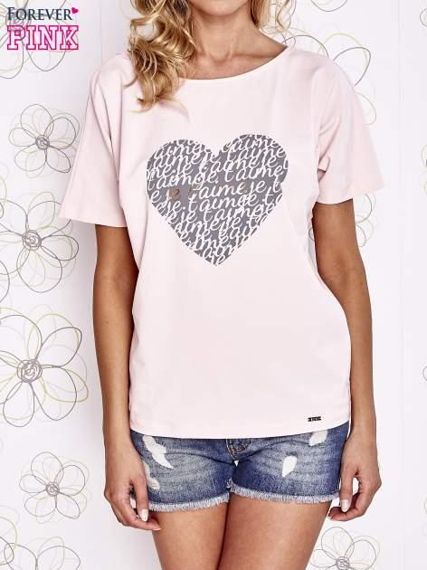 Jasnoróżowy t-shirt z napisem JE T'AIME i dekoltem na plecach