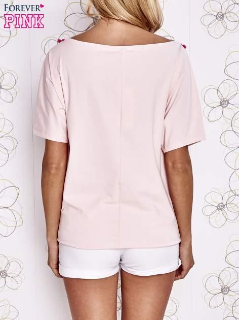 Jasnoróżowy t-shirt z różowymi pomponikami przy dekolcie                                  zdj.                                  4