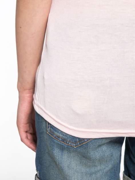 Jasnoróżowy t-shirt z ustami z cekinów i rękawami z siateczki                                  zdj.                                  10