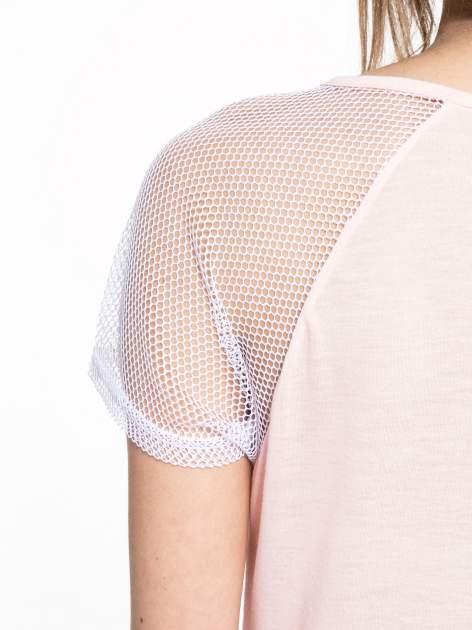 Jasnoróżowy t-shirt z ustami z cekinów i rękawami z siateczki                                  zdj.                                  9