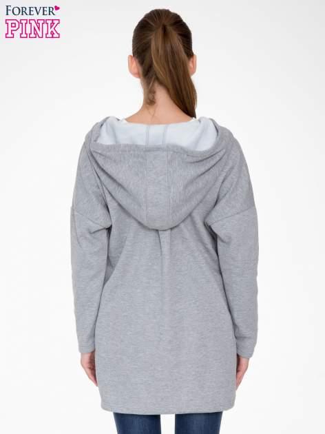 Jasnoszara bluza dresowa z kapturem i suwakiem z boku                                  zdj.                                  4