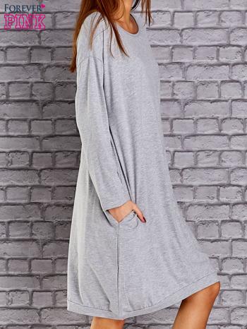 Jasnoszara dresowa sukienka oversize z kieszeniami                                  zdj.                                  3