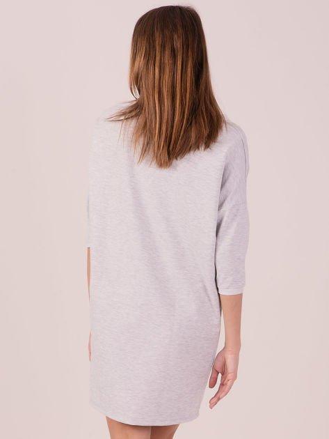 Jasnoszara dresowa sukienka z imitacją kieszeni                               zdj.                              3