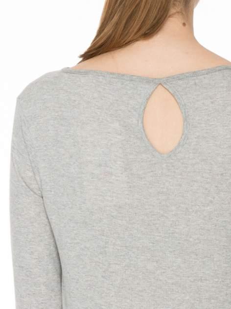 Jasnoszara gładka bluzka z łezką z tyłu                                  zdj.                                  5