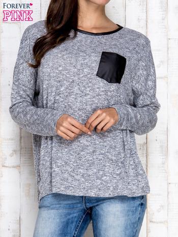Jasnoszara melanżowa bluzka ze skórzaną kieszonką