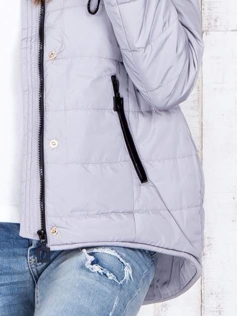 Jasnoszara przejściowa kurtka puchowa z dłuższym tyłem                                  zdj.                                  8