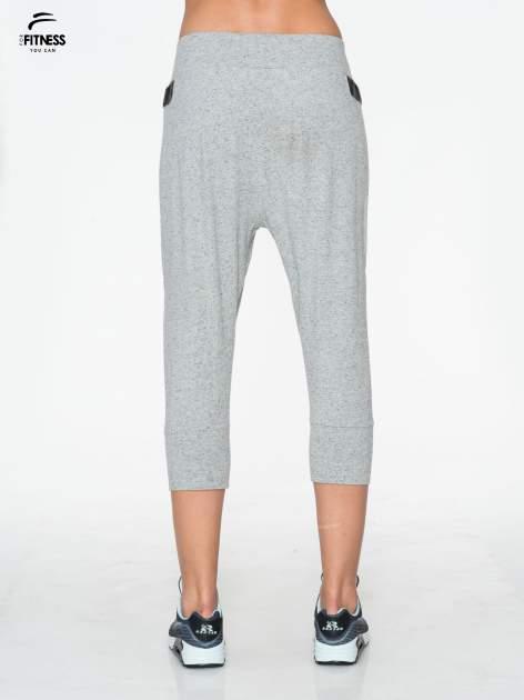 Jasnoszare spodnie capri z obniżanym krokiem                                  zdj.                                  3