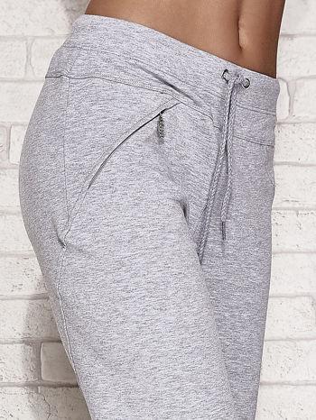 Jasnoszare spodnie dresowe capri z kieszonką                                  zdj.                                  5