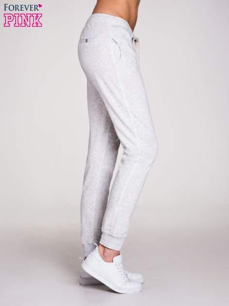 Jasnoszare spodnie dresowe damskie z guziczkami                                  zdj.                                  3