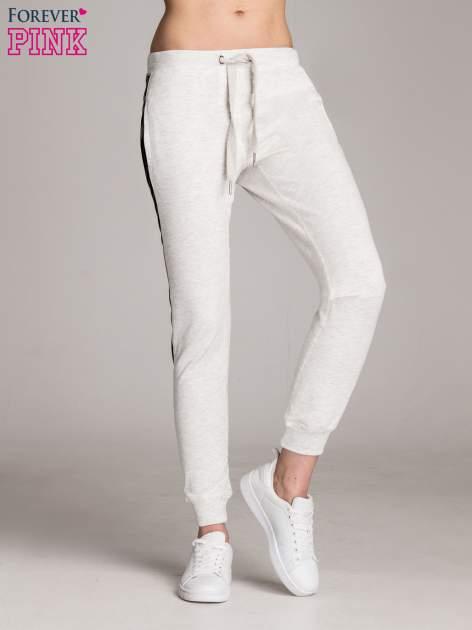 Jasnoszare spodnie dresowe damskie ze skórzanymi lampasami                                  zdj.                                  1