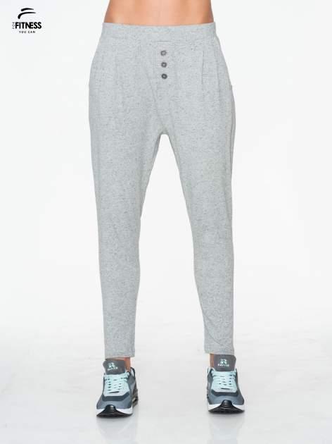 Jasnoszare spodnie dresowe typu baggy z guziczkami                                  zdj.                                  1