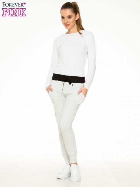 Jasnoszare spodnie dresowe z elastycznym kontrastowym pasem                                  zdj.                                  4