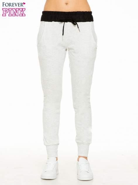 Jasnoszare spodnie dresowe z elastycznym kontrastowym pasem                                  zdj.                                  1