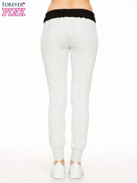 Jasnoszare spodnie dresowe z elastycznym kontrastowym pasem                                  zdj.                                  2