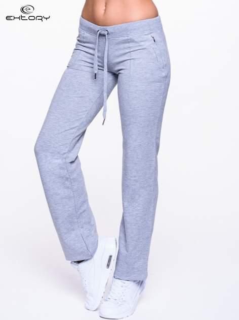 Jasnoszare spodnie dresowe ze skórzaną lamówką