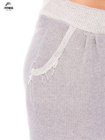 Jasnoszare spodnie dresowe ze zwężaną nogawką zakończoną na dole ściągaczem                                  zdj.                                  5