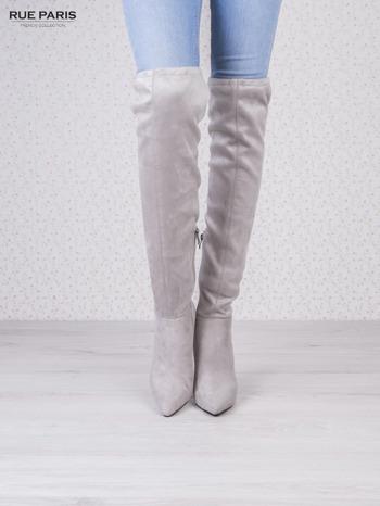 Jasnoszare zamszowe kozaki na szpilkach wiązane w kolanach                                   zdj.                                  1