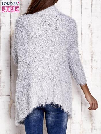 Jasnoszary asymetryczny sweter z szerokim kołnierzem                                  zdj.                                  4