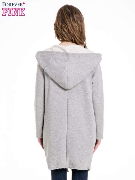 Jasnoszary dresowy płaszcz z kapturem i asymetrycznymi bokami                                  zdj.                                  4