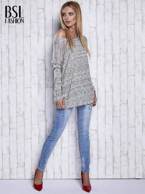 Jasnoszary melanżowy sweter z łezką na plecach                                  zdj.                                  2