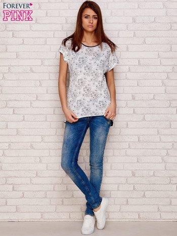 Jasnoszary t-shirt w kwiaty                              zdj.                              4