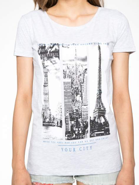 Jasnoszary t-shirt z fotografiami miast                                  zdj.                                  7