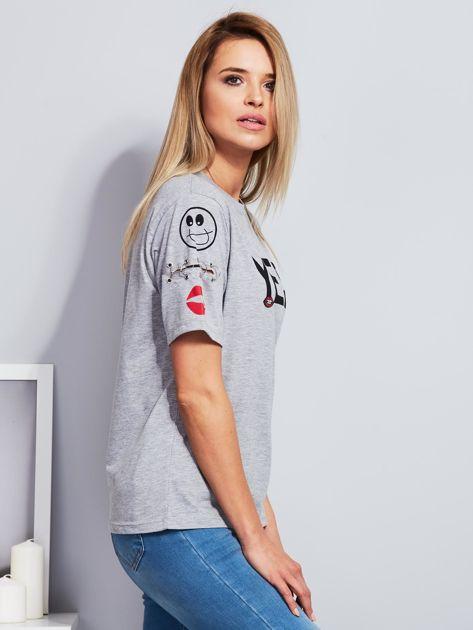 Jasnoszary t-shirt z napisem i kółeczkami na rękawach                                  zdj.                                  3