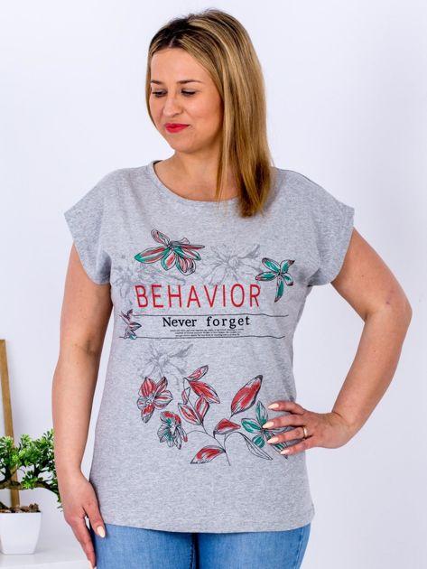 Jasnoszary t-shirt z napisem i motywem roślinnym PLUS SIZE                                  zdj.                                  1
