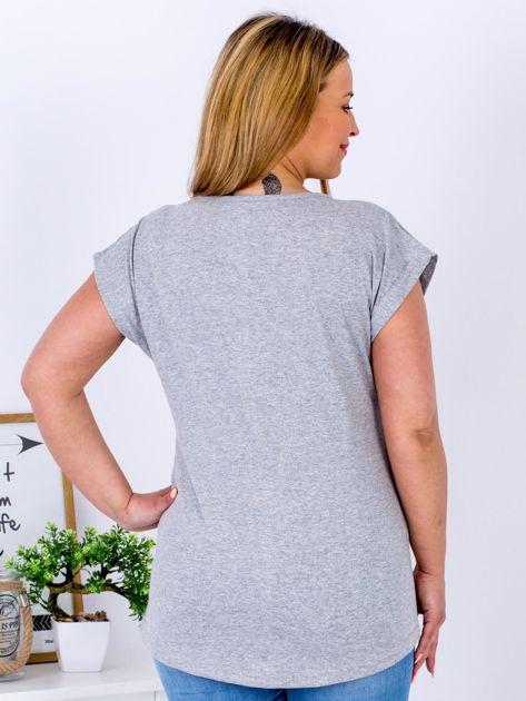 Jasnoszary t-shirt z napisem i motywem roślinnym PLUS SIZE                                  zdj.                                  2