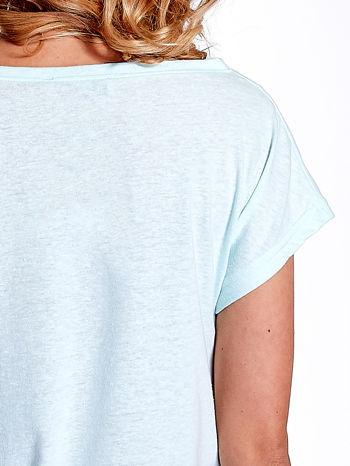Jasnoturkusowy t-shirt z napisem WASZA WYSOKOŚĆ                                  zdj.                                  6