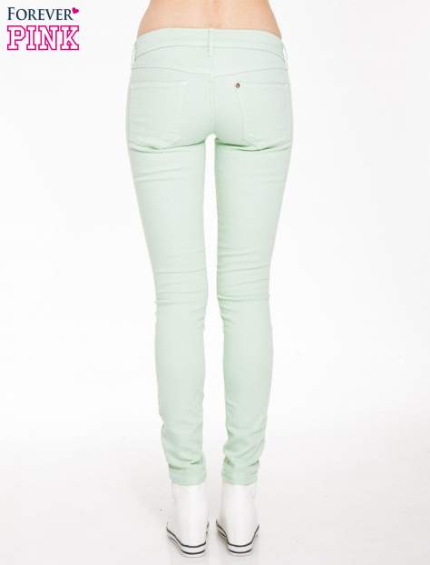 Jasnozielone spodnie jeansowe typu rurki                                  zdj.                                  2