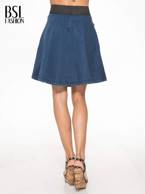 Jeansowa mini spódnica skater z gumą w pasie                                  zdj.                                  4