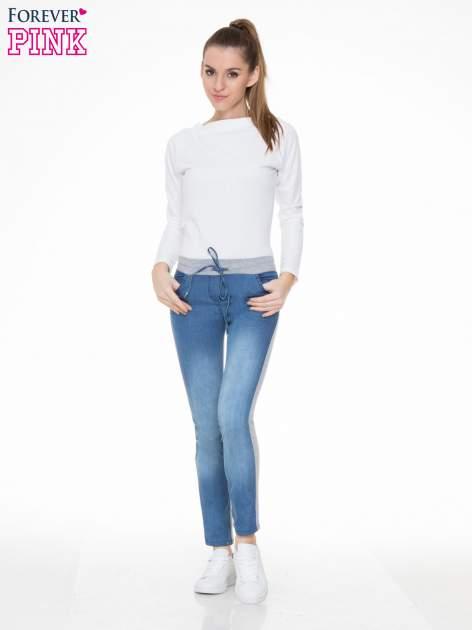 Jeansowo-dresowe spodnie typu tregginsy wiązane w pasie                                  zdj.                                  2