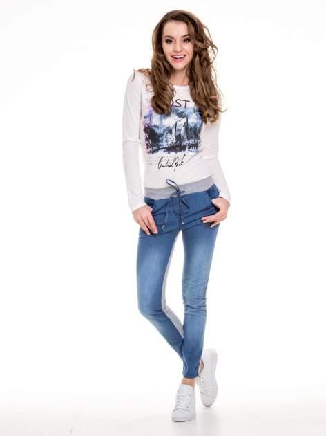Jeansowo-dresowe spodnie typu tregginsy wiązane w pasie                                  zdj.                                  8
