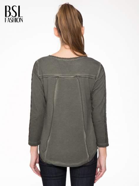 Khaki bluza z koronkowymi aplikacjami                                  zdj.                                  2