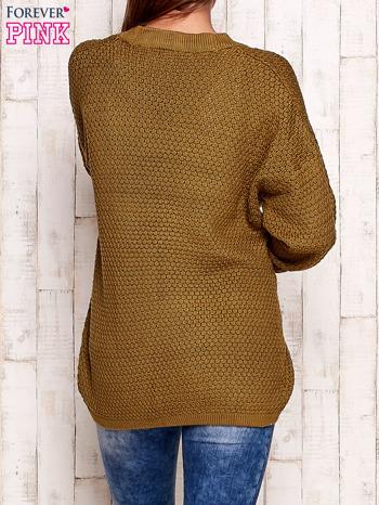 Khaki fakturowany otwarty sweter                                   zdj.                                  4
