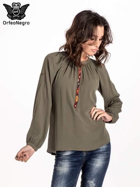 Khaki koszula z marszczony dekoltem i wzorzystą wstawką w stylu hippie